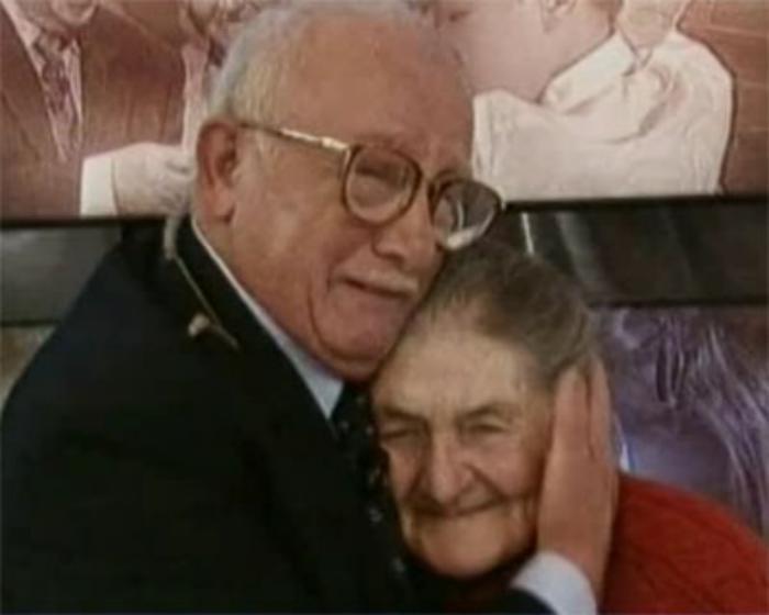 История длиною в 65 лет: Ночью в концлагере мужчина тайно срезал ее волосы.