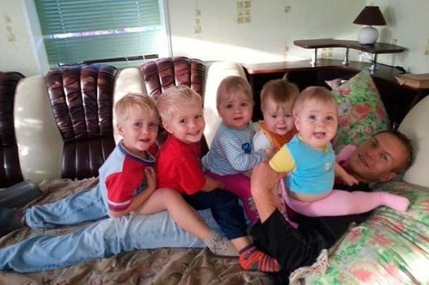 31-летний вдовец, Антон в одиночку растит 6 детей. Только посмотрите, как судьба его отблагодарила