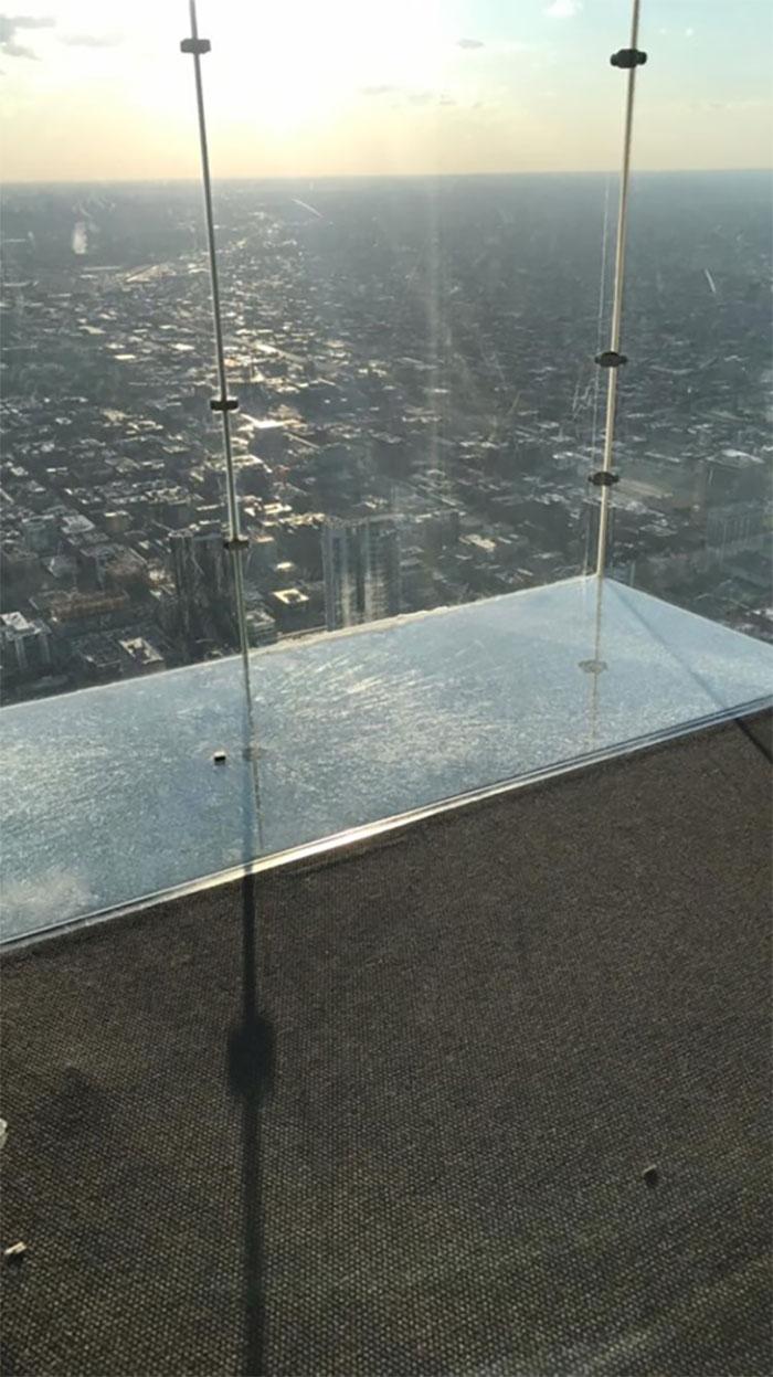 Стеклянный пол на 103-м этаже знаменитой башни в Чикаго треснул