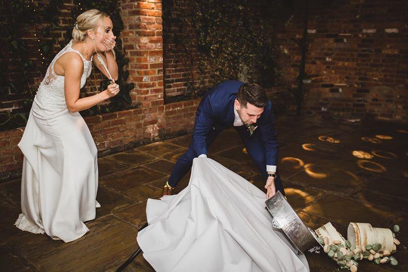 Разрезание торта на свадьбе
