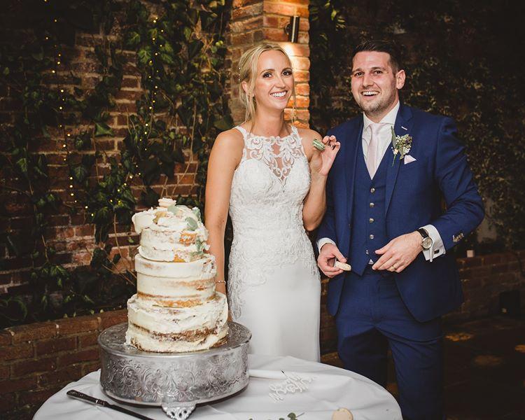 Разрезание торта на свадьбе молодожены запомнят навсегда