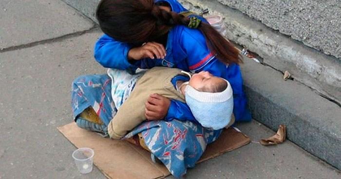 """Кто они """"мадонны с младенцами"""" на грязных ступенях у входа в метро? Чьих детей они сутками держат на руках? Узнайте ужасающую правду!!!"""