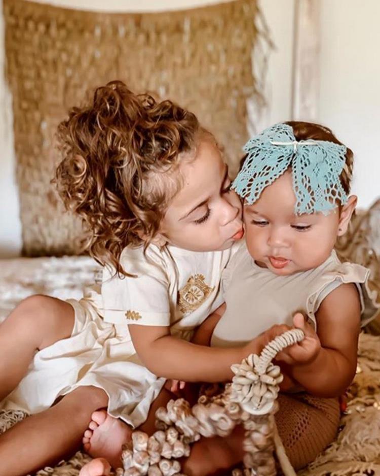 Межрасовая пара покорила мир своими потрясающими детьми редкой красоты