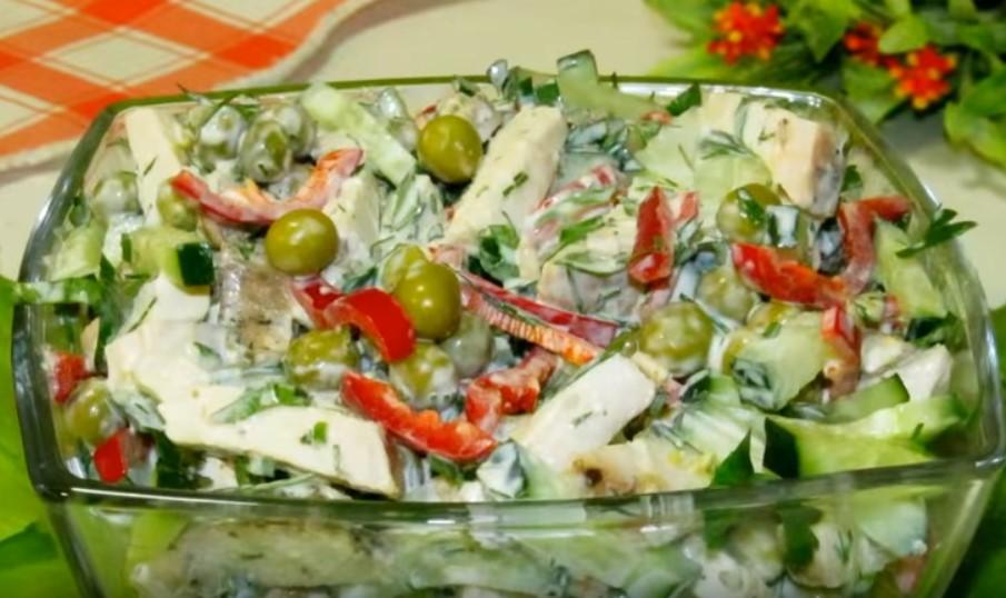 Салат с куриным мясом, консервированным горошком, перцем и зеленью
