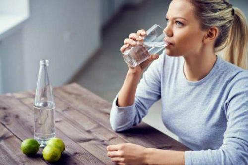 девушка пьет газированную воду