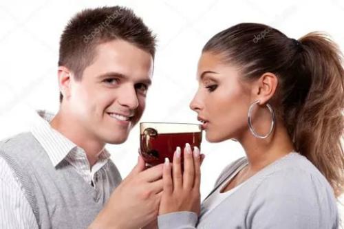женщина и мужчина пьют чай