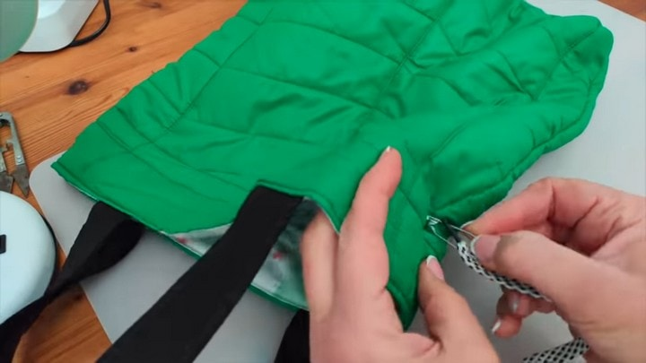 Вместительная и полезная сумка из старой куртки