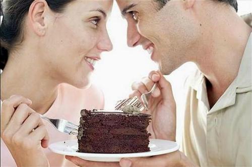 мужчина и женщина едят торт