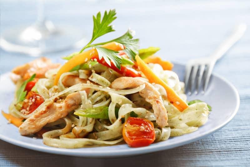 Домашняя лапша с курицей и овощами