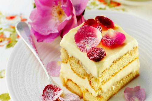 десерт с лепестками роз