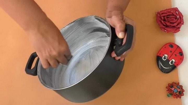Удивительная идея преобразить старую кастрюлю с истёртым антипригарным слоем