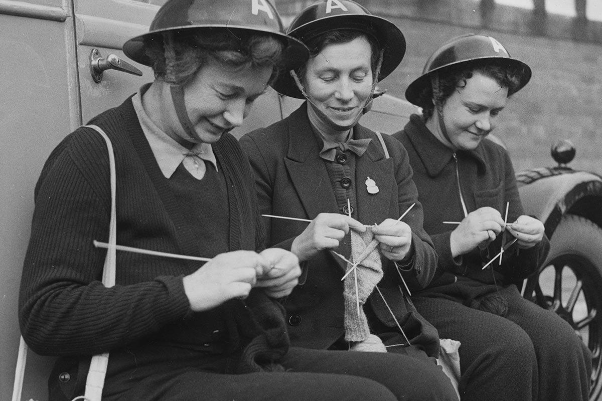женщины вяжут носки