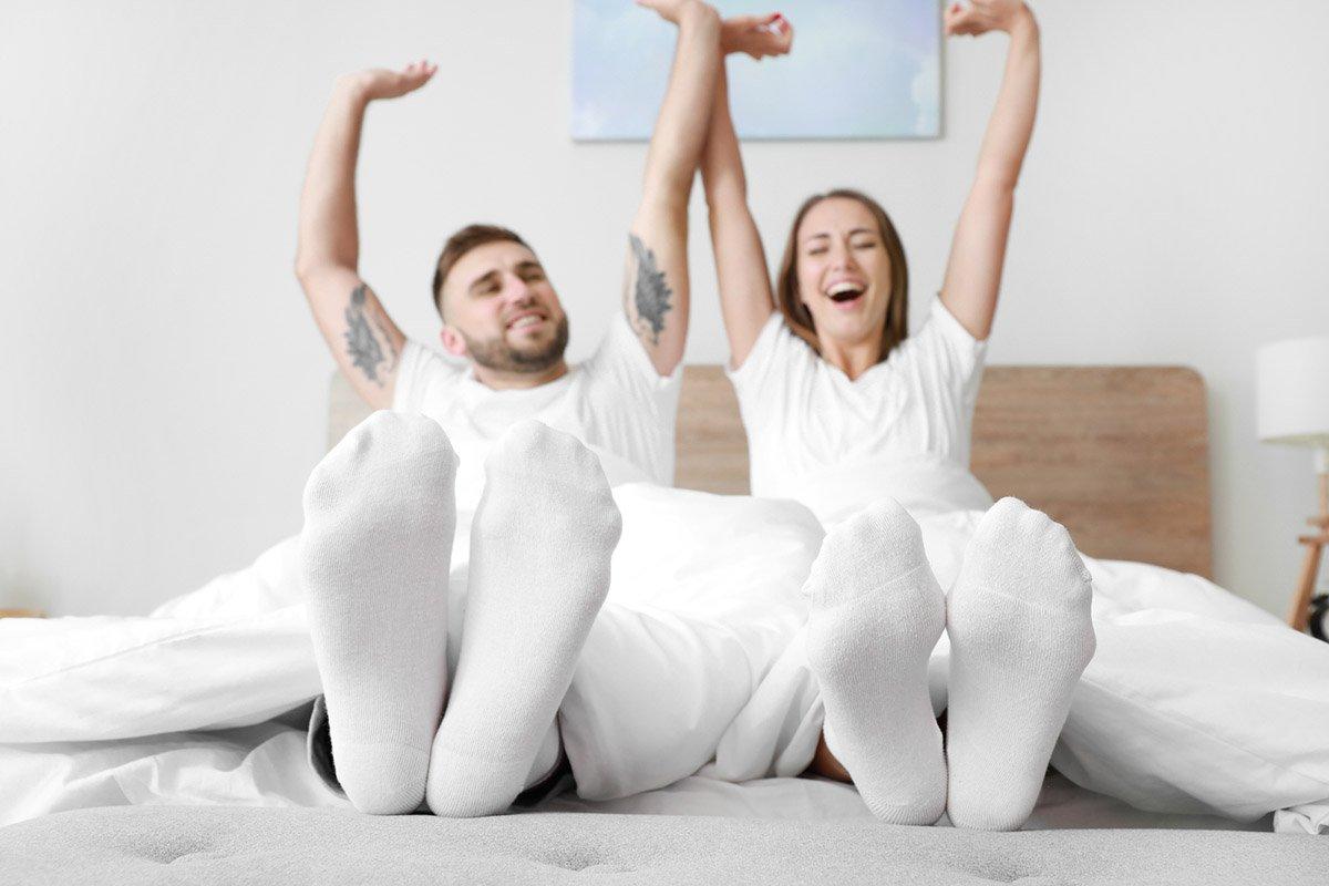 парень и девушка в носках